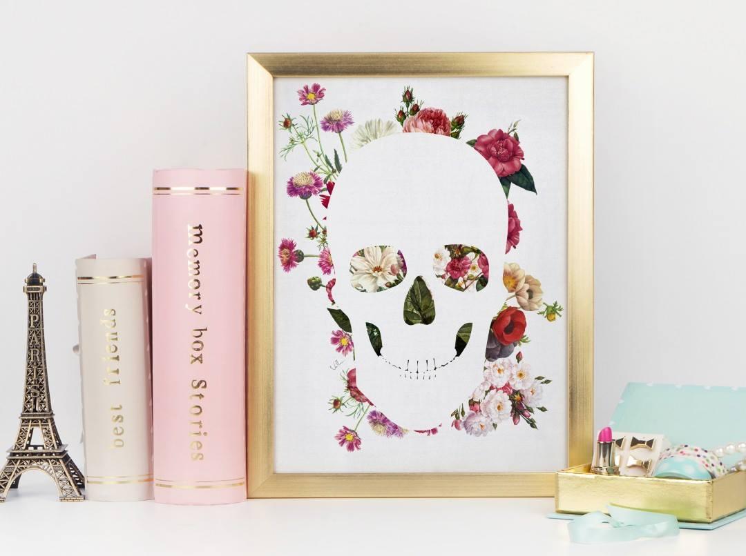 der weiße Schädel mit Blumen im Hintergrund im Bilderahmen