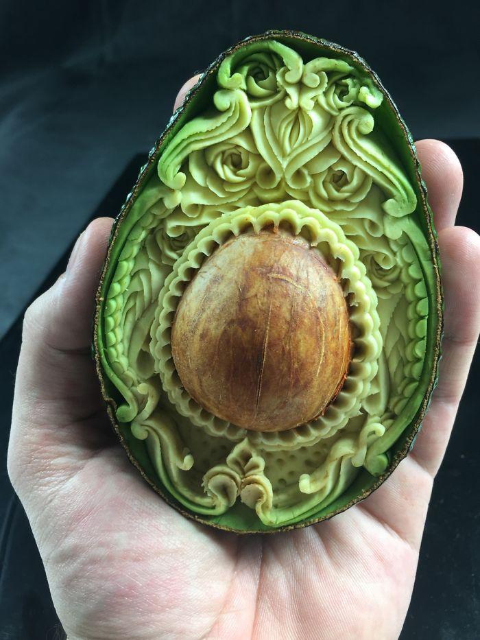 Carving-Kunstwerk aus Avocado