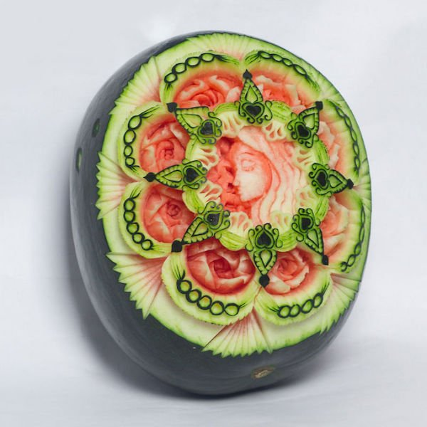 Rosen und ein Gesicht aus einer Wassermelone
