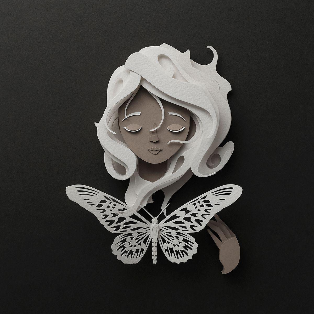 Frau mit weißen Haaren und ein Schmetterling