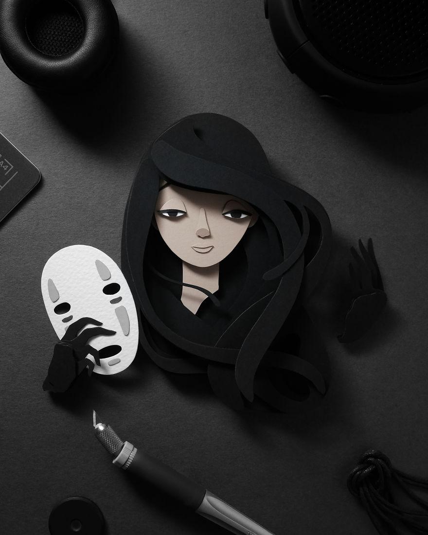 Frau mit langen schwarzen Haaren und einer Maske in der Hand