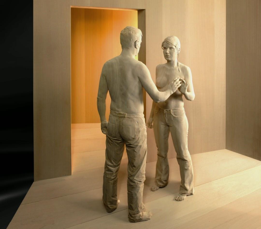 Realistische Holzskulpturen von Peter Demetz: Mann und Frau fassen sich an