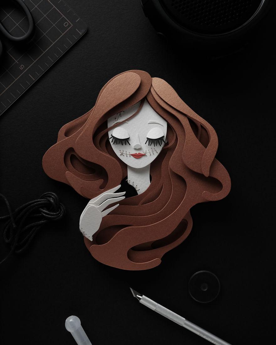 Frau mit langen braunen Haaren und geschlossenen Augen und Mund