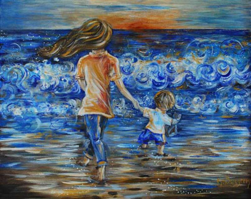 Mama und Kind am Meer beim Sonnenuntergang