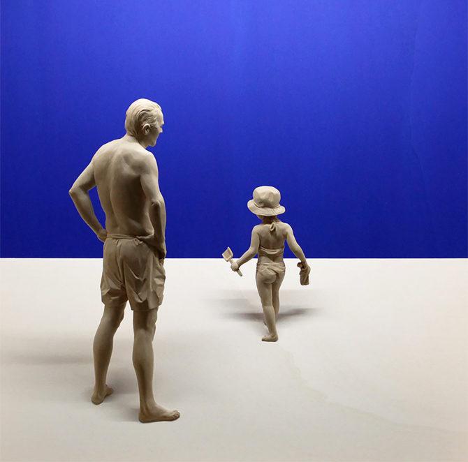 Ein Mann und ein Kind auf dem Strand