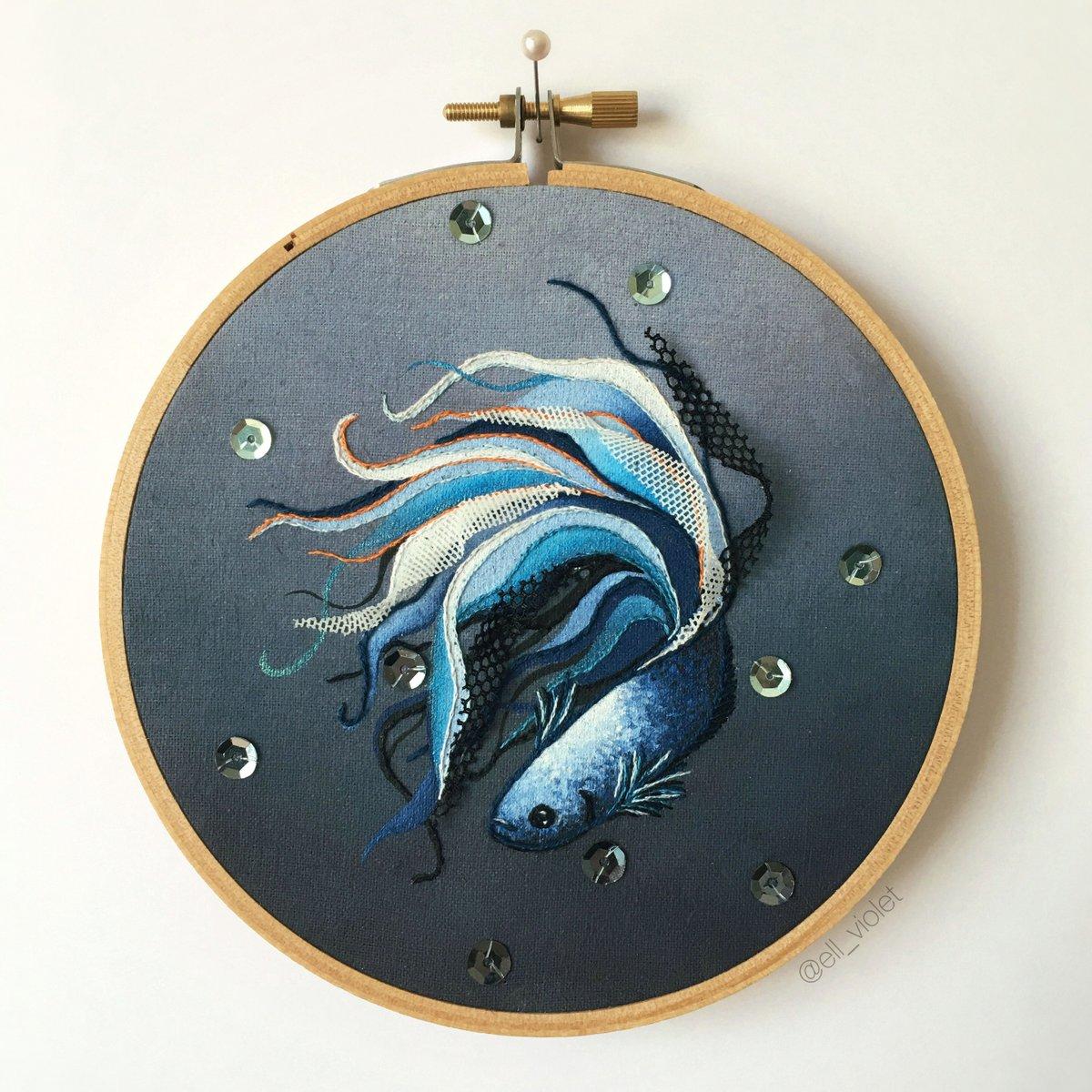 Filigrane Stickerei von Ell Violet. Ein blauer Fisch