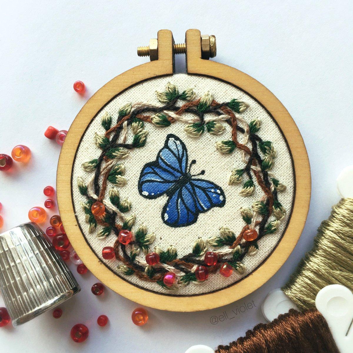 ein blauer Schmetterling, rote Perlen