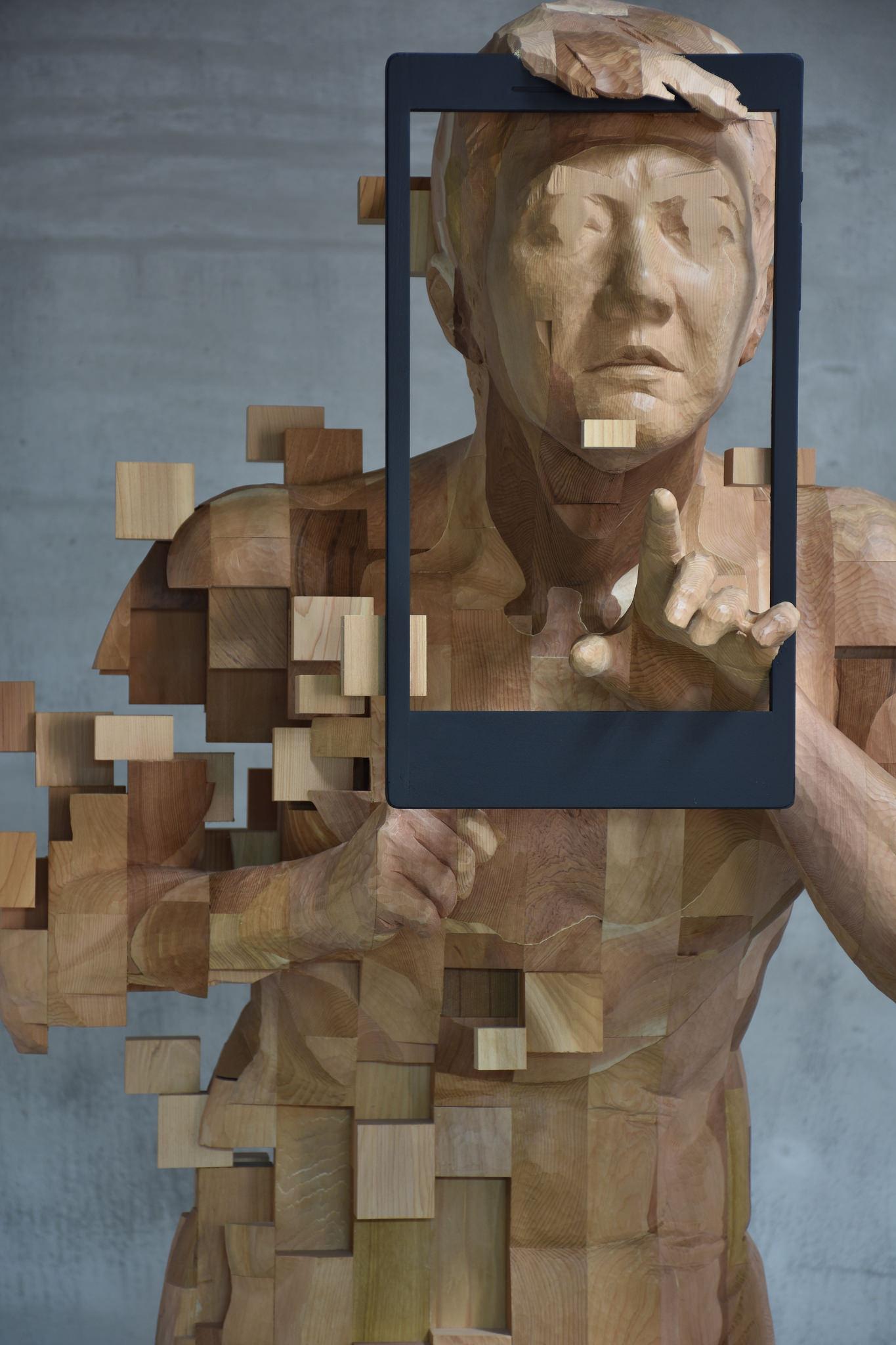 Ein Mann mit einem Bilderrahmen