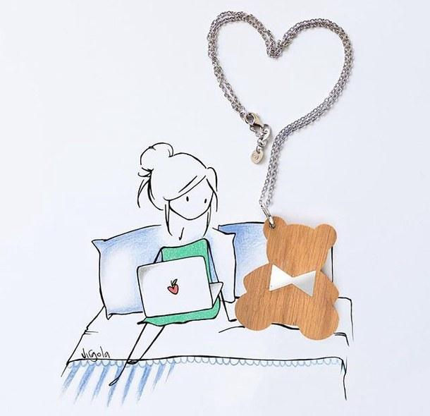 Mädchen mit einem Laptop und einem Teddybären